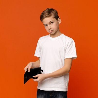 bambino mostra portafogli vuoto