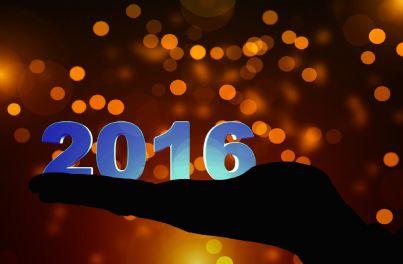 Mano che regge il 2016