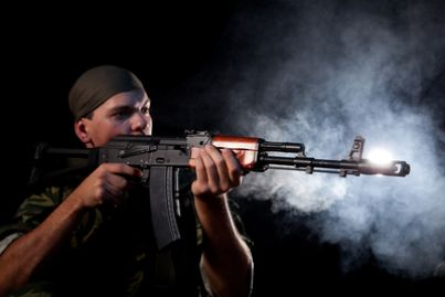 Persona con arma militare