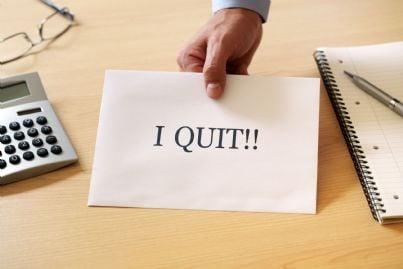 biglietto su scrivania con su scritto abbandono concetto licenziamento rinuncia