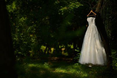 abito da sposa appeso a un albero