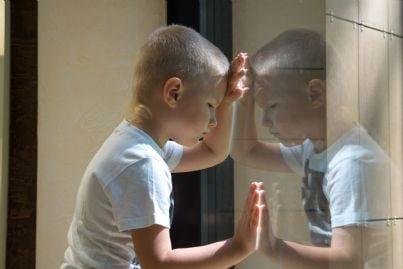 bambino triste poggiato a un vetro concetto abuso