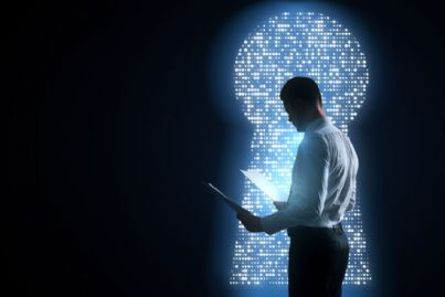 uomo con documenti e accesso soluzione digitale