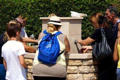 turisti usano acqua da fontana pubblica