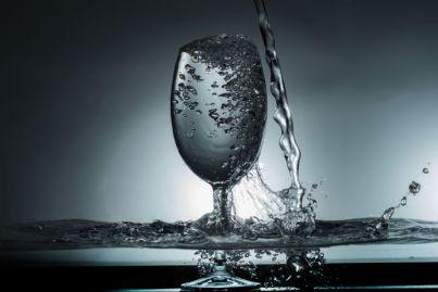 acqua che esce fuori da bicchiere