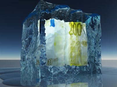 banconota congelata dentro cubetto di ghiaccio