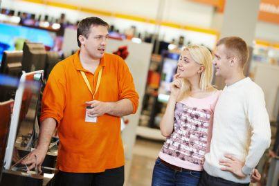 giovane coppia che acquista un televisore