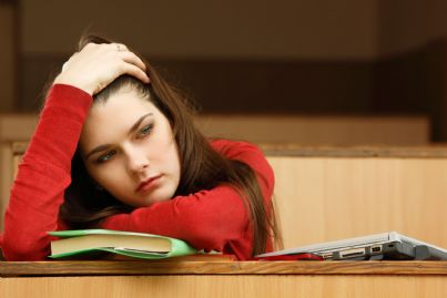 Ragazza stanca di studiare
