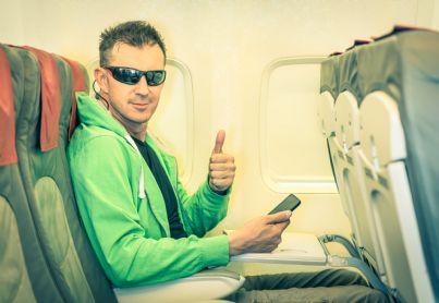 uomo passeggero di un aereo