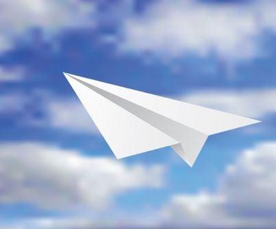 aeroplanino di carta nel cielo nuvoloso