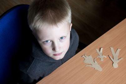 bambino triste che deve scegliere tra i genitori dopo il divorzio