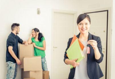 agente immobiliare affitta casa a coppia