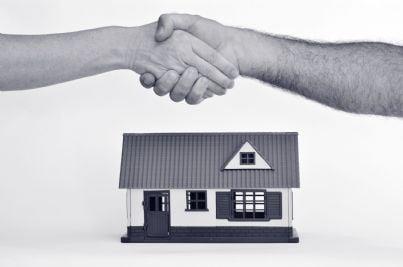 stretta di mani che suggella accordo su contratto affitto