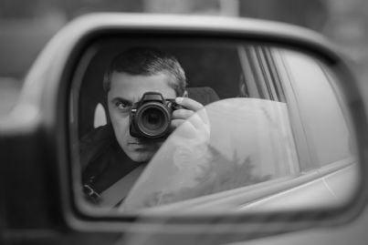 uomo scatta foto da una macchina in incognito