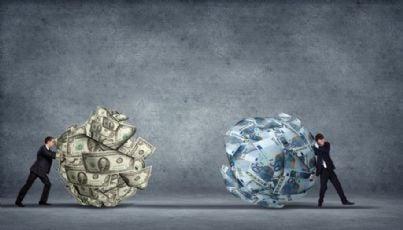 uomini di affari spingono palle fatte di soldi come aiuti per la crisi