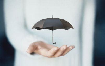 mano con ombrello simbolo di protezione