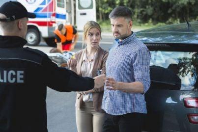 uomo e donna fanno alcoltest dopo incidente