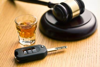 bicchiere e chiavi auto concetto guida ubriachi