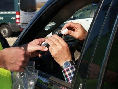 Automobilista sottoposto al test dell'etilometro