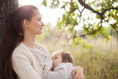 madre che allatta al seno il proprio bambino