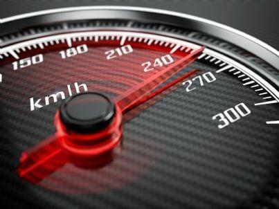 tachimetro che segna alta velocità