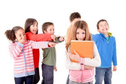 bambini che deridono una loro compagna