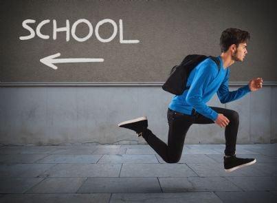 alunno che scappa da scuola