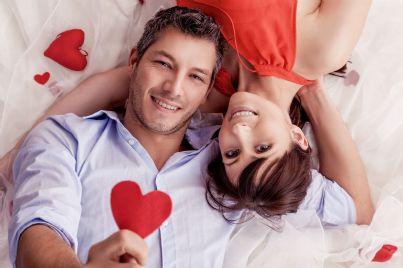 Coppia di amanti distesa su un letto