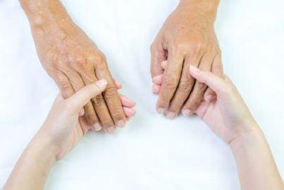 mani giovani e mani anziane unite