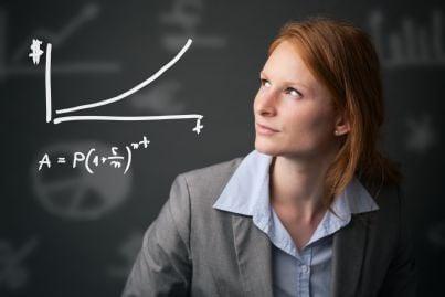 donna che guarda formula interessi per investimenti