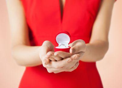 donna mostra anello di brillanti