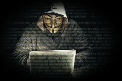 hacker di anonymous al lavoro su pc