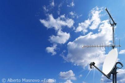 Antenna parabolica su uno sfondo di cielo e nuvole