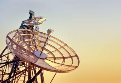 grande antenna ripetitore al tramonto