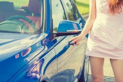 donna disattiva antifurto auto