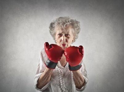 donna anziana con guantoni
