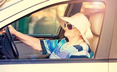 anziana donna al volante di una auto