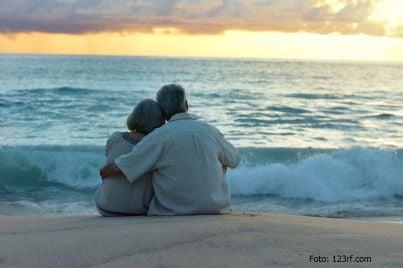 Coppia di anziani in riva al mare