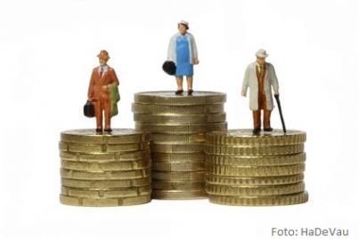 tre anziani su tre pile di soldi