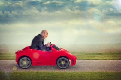 anziano che guida lentamente auto