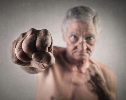 uomo anziano che fa a pugni