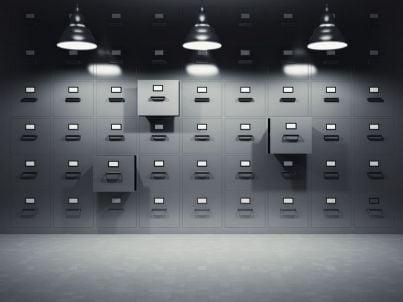 archivio con cassetti aperti