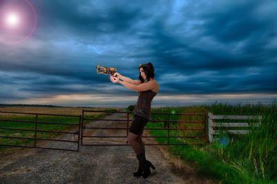 Donna armata di pistola
