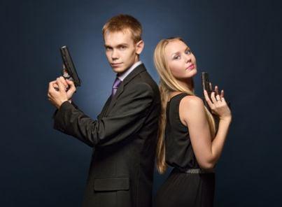 Uomo e donna che impugnano delle pistole