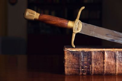 una spada su un libro