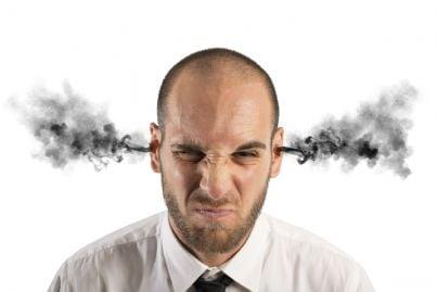 uomo arrabbiato con fumo che esce dalle orecchie