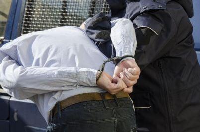 uomo arrestato dalla polizia per reato