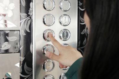 donna che chiama ascensore