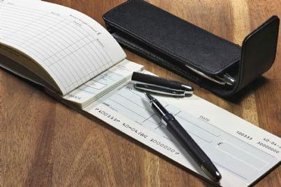 libretto di assegni con penna
