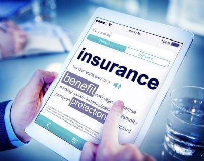 mano che digita su tablet assicurazione